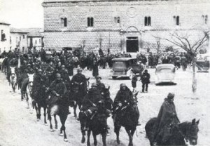 Soldados nacionales con el palacio de Cogolludo al fondo