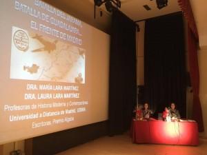 Foto en el teatro de María y Laura ponentes del 80 aniversario Batalla del Jarama