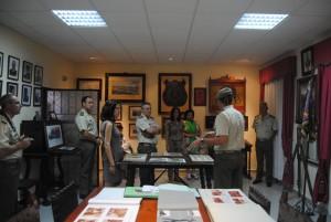 Foto en la Sala de Honor del Regimiento con el Poema de María