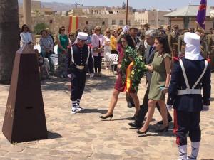 María y Laura Lara portando la corona de laurel con Adolfo Suárez Illana